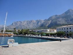 De wandelpromenade naast de haven van Makarska