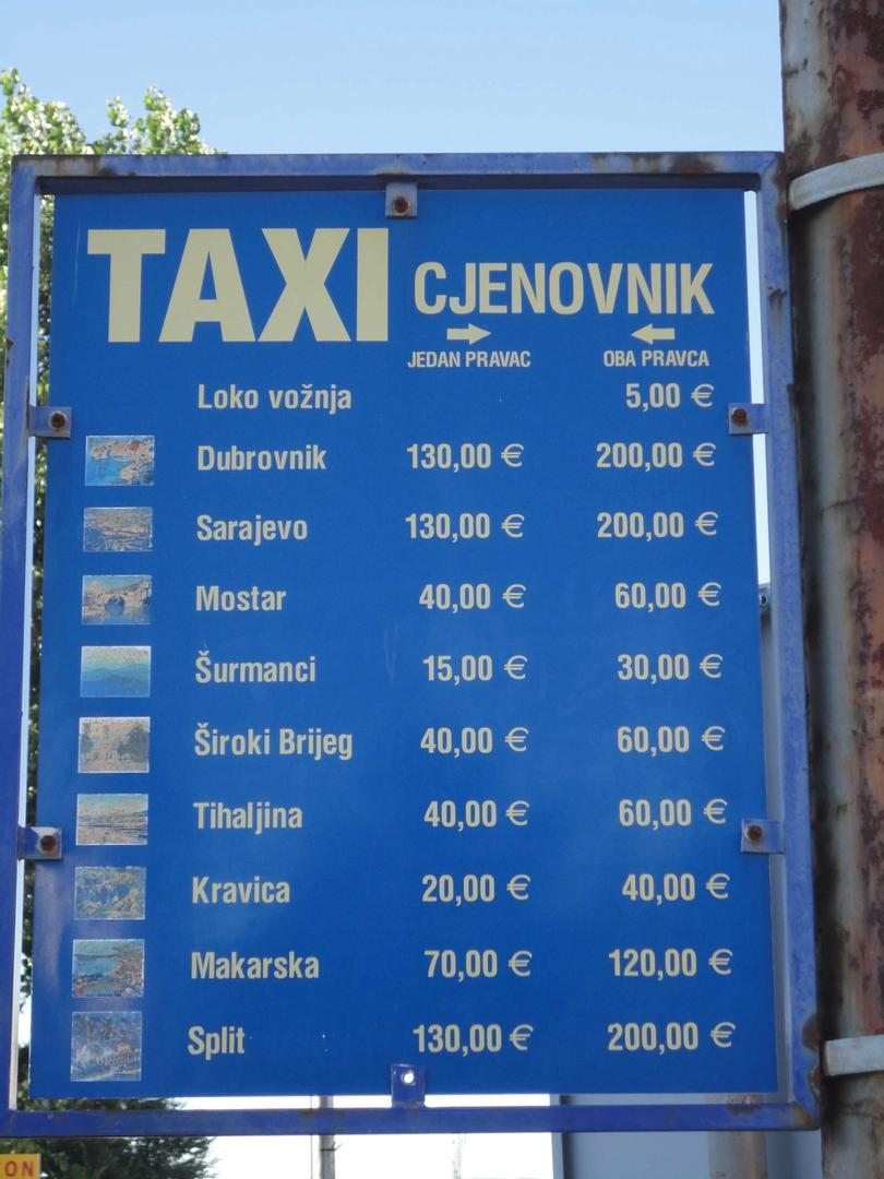 De officiële taxitarieven hangen op diverse plaatsen uit