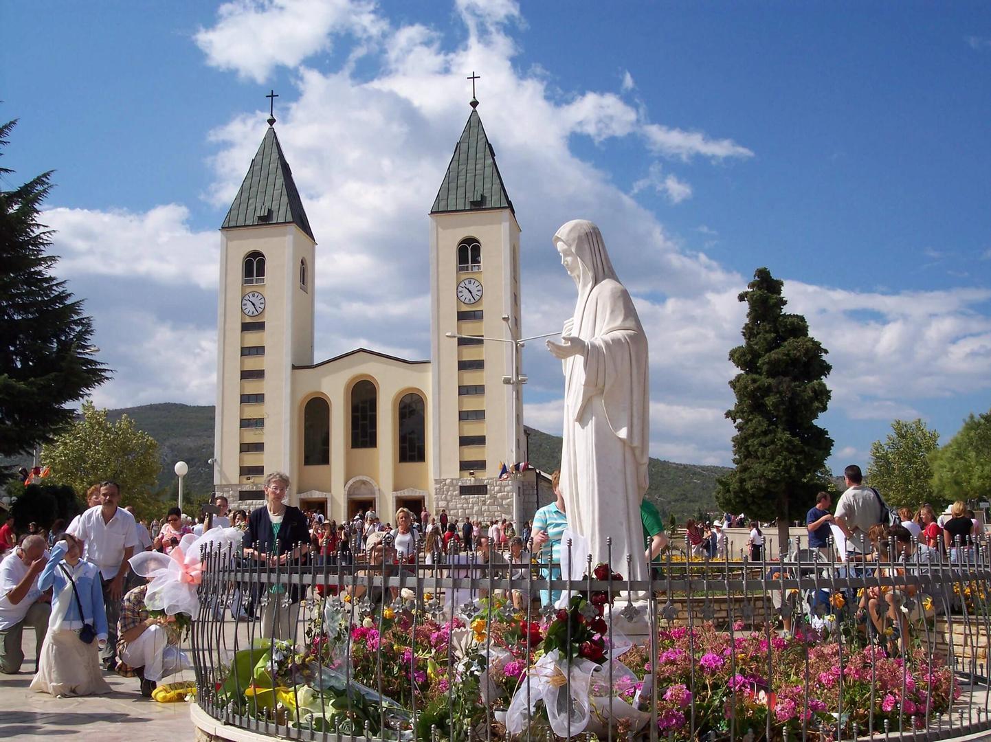 Het Mariabeeld op het voorplein van de kerk