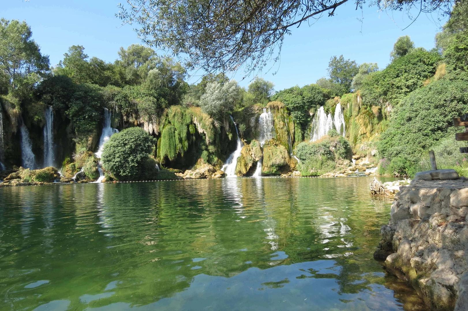 Natuurpracht bij de watervallen van Kravice