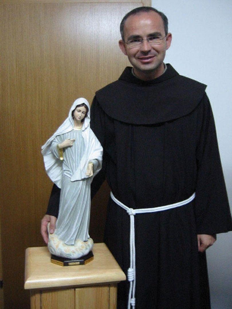 Voormalig Pastoor P. Branko met beeld van de Kraljice Mira