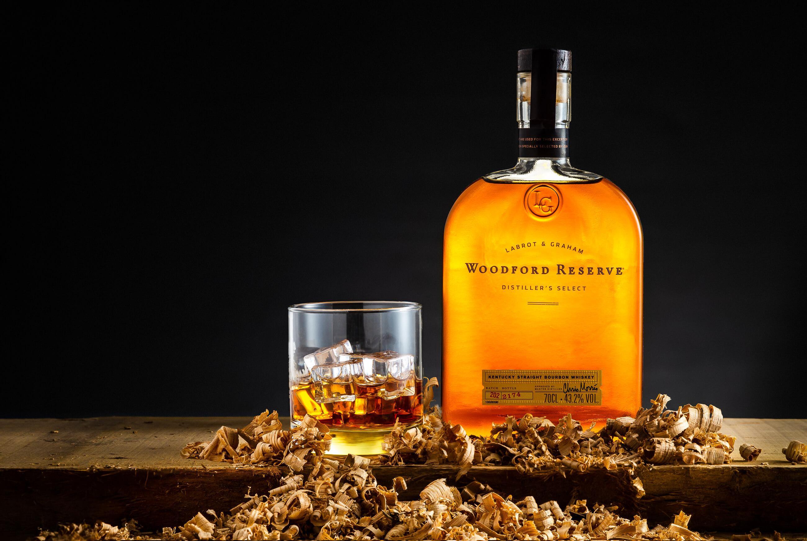 Stylizowane produktowe zdjęcie butelki whiskey Woodford Reserve