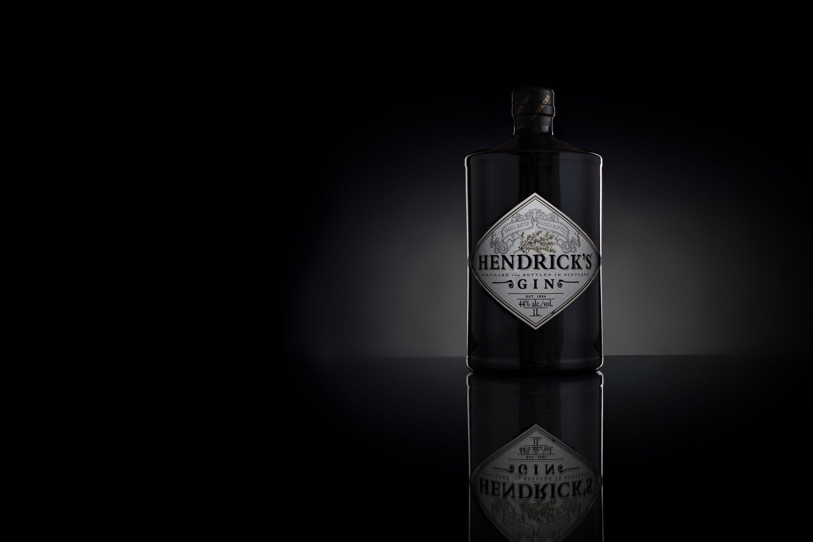 Zdjęcie reklamowe ginu marki Hendricks na czarnym tle