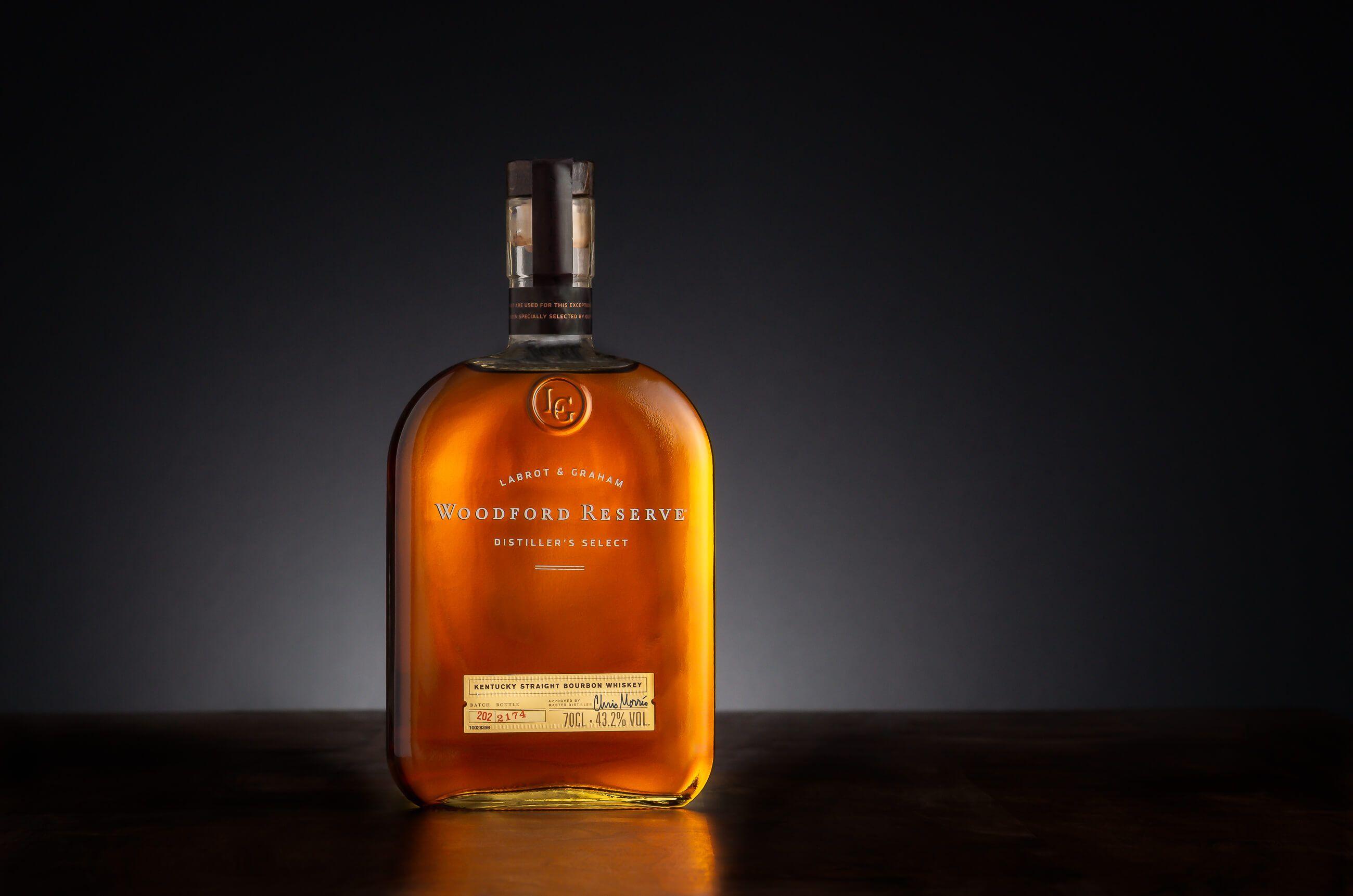 Zdjęcie produktowe butelki whiskey Woodford Reserve