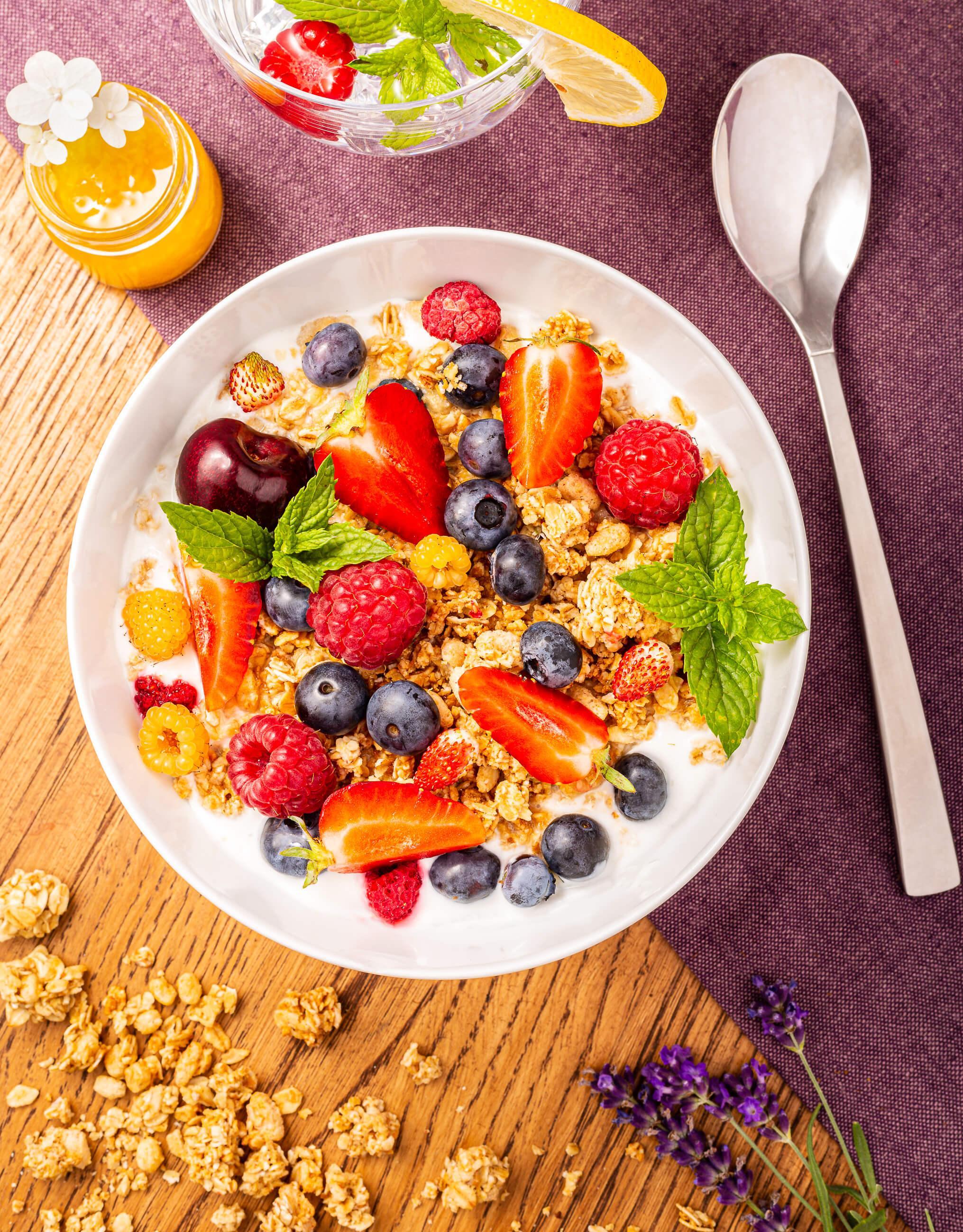 Zdjęcie kulinarne - miska musli ze świeżymi owocami