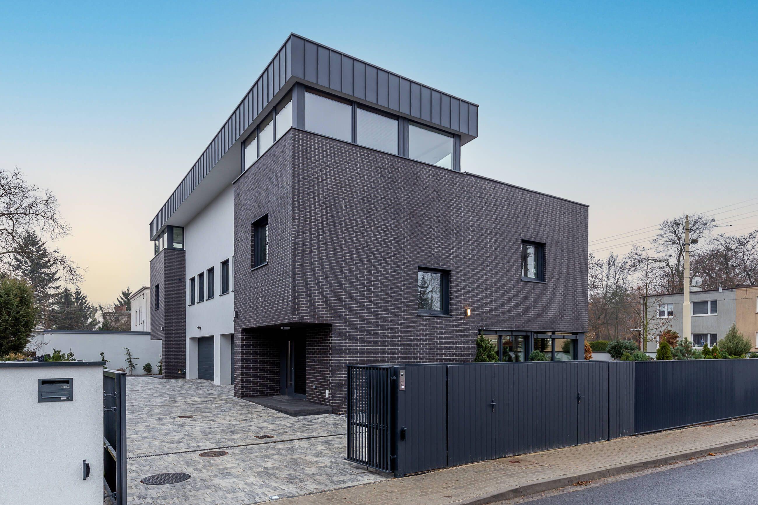 Zdjęcie z zewnątrz luksusowego domu w Poznaniu