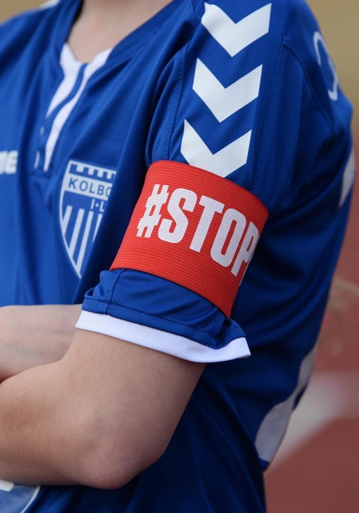En spiller med #stopp-armbånd