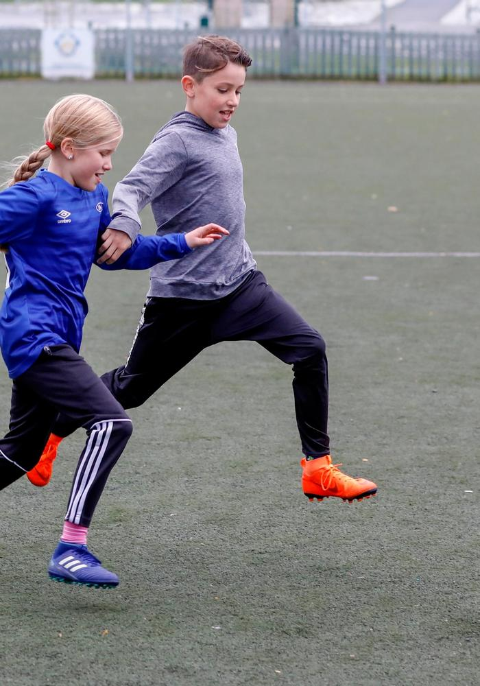 To barn som spiller fotball