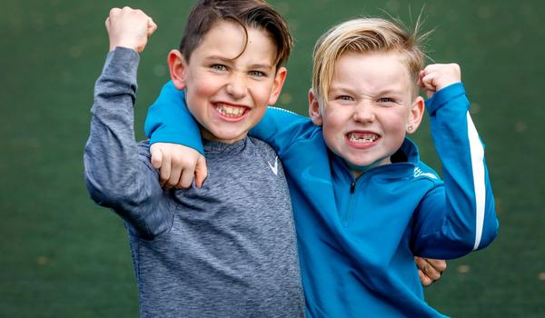 Gutter som jubler på fotballbanen.