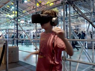 Jeune homme jouant à un jeux de réalité virtuelle