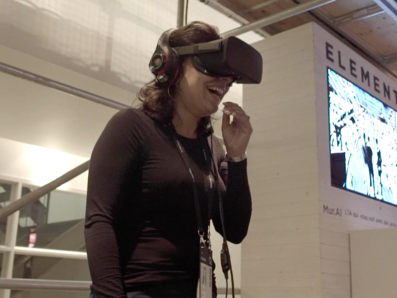 Femme jouant à un jeux de réalité virtuelle durant l'évènement C2 Montreal