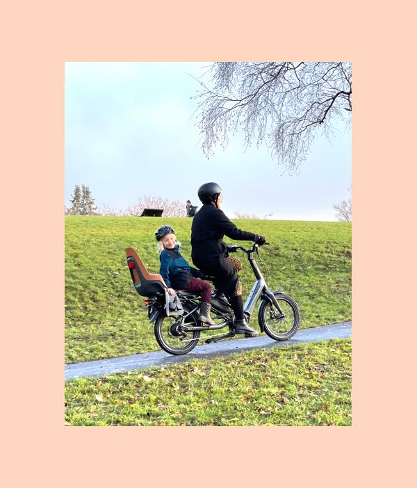 kvinne og barn på sykkelen