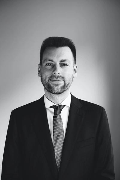 Kevin Brinkmann, LL.M. ist Rechtsanwalt in unserem Berliner Büro und gehört der Praxisgruppe Arbeitsrecht bei Hopkins an