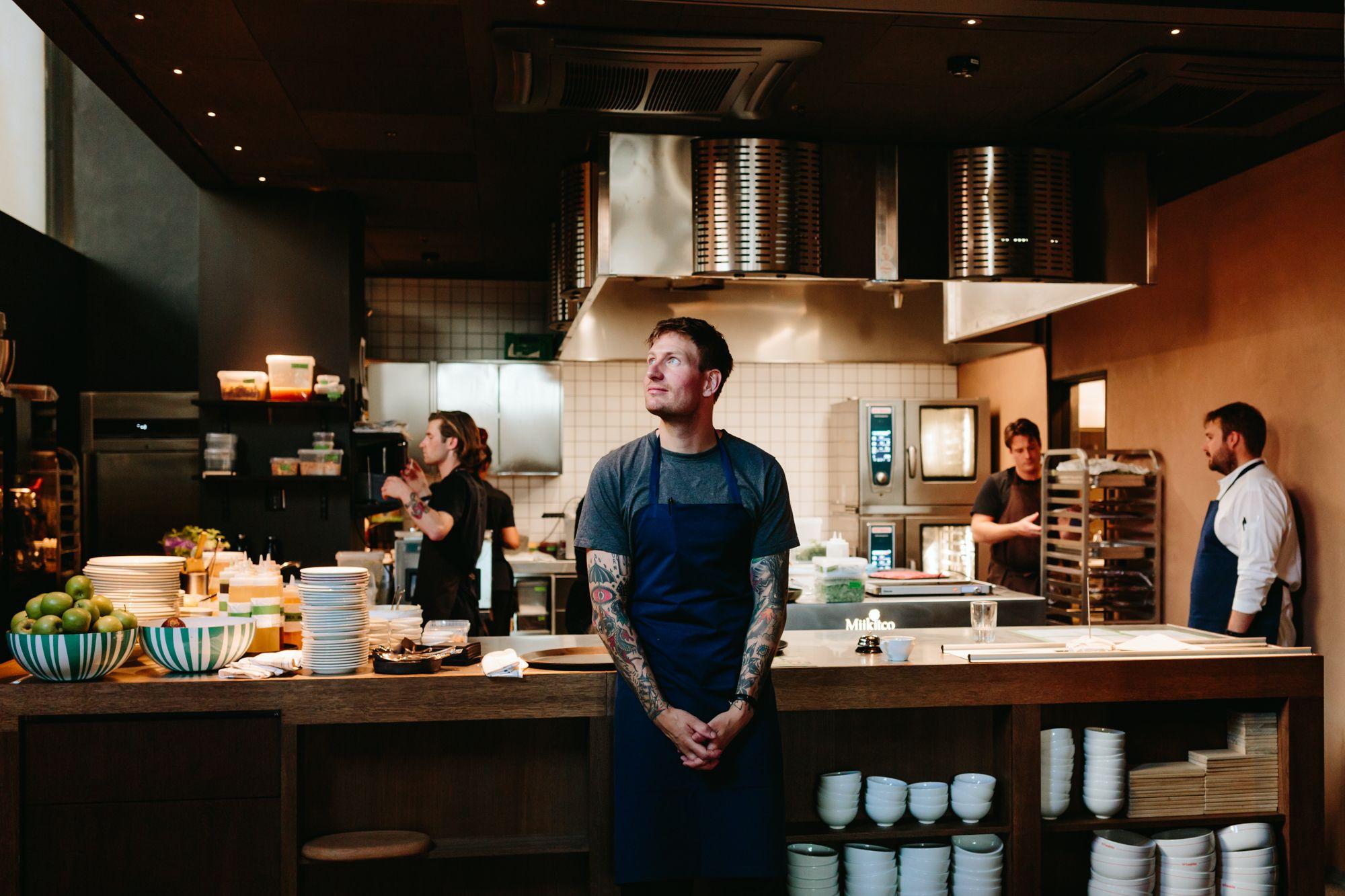 Esben Holmboe Bang står i kjøkkenet på The Vandelay på åpningsdagen