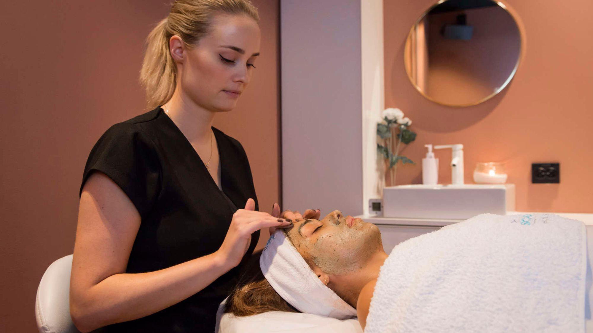 Foto: Best of You Beauty Center. Her utføres en populær ansiktsbehandling kalt Green Peel Fresh Up.