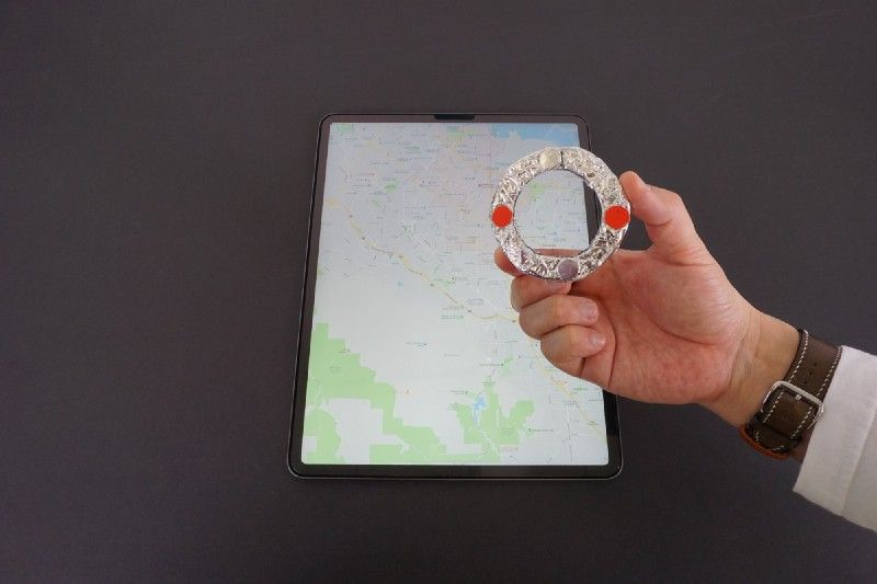 two silver touchpoints and two red dot supports on loupe