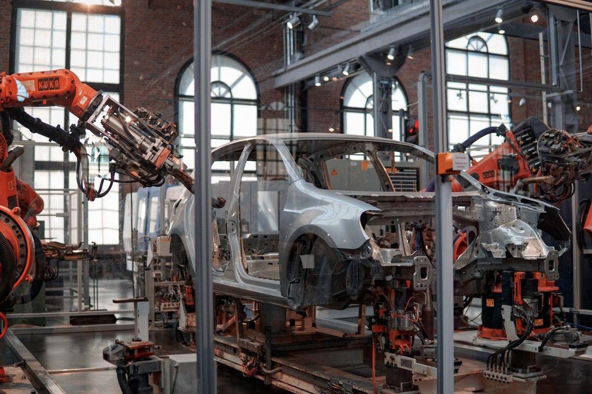 Welding robots at a car manufacturer's plant