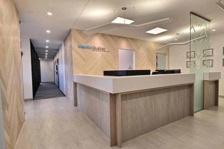 Le hall d'entrée de la clinique de Maxillo Québec de Lévis montrant plus précisément l'espace d'accueil.