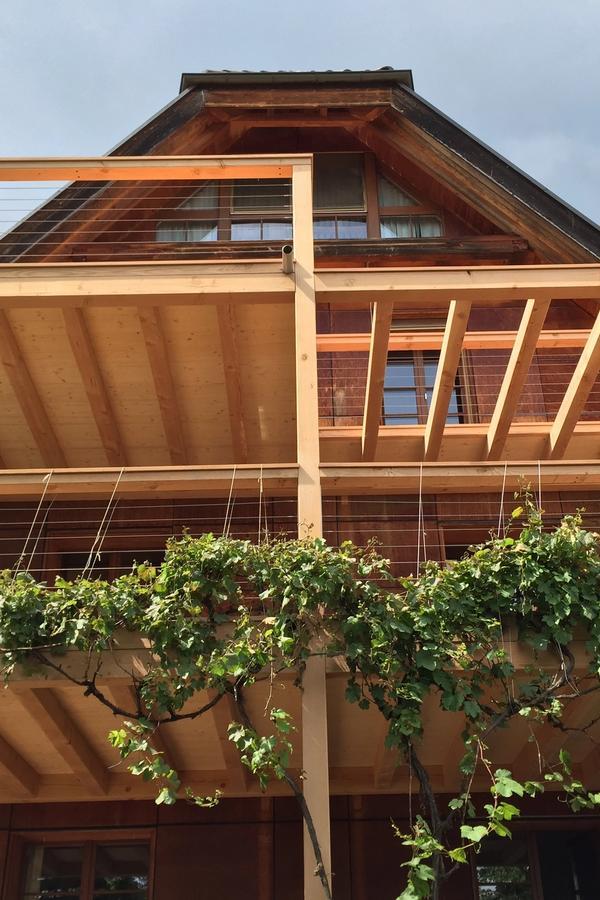 Dreistöckiger Balkon aus Schweizer Holz
