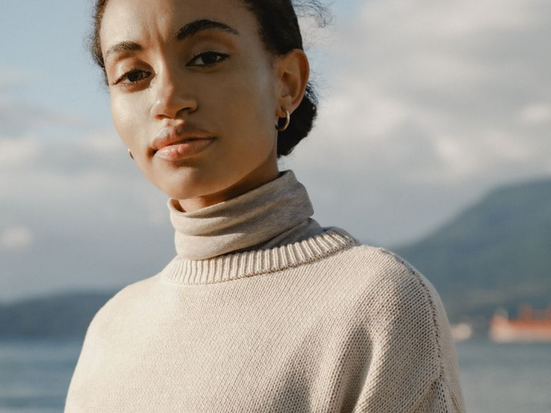 Woman wearing Crew Sweater in Cashmere