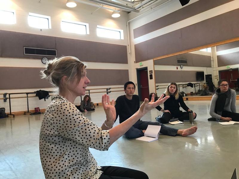 Karine McPherson donnant des explications a une classe.