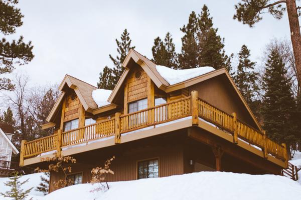 Holzhaus mit Schnee