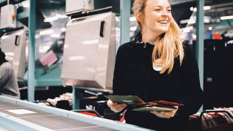 Vrouw sorteert post