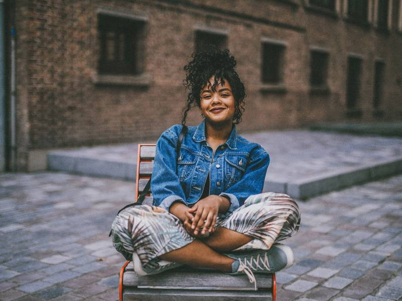 Glimlachende vrouw op stoel