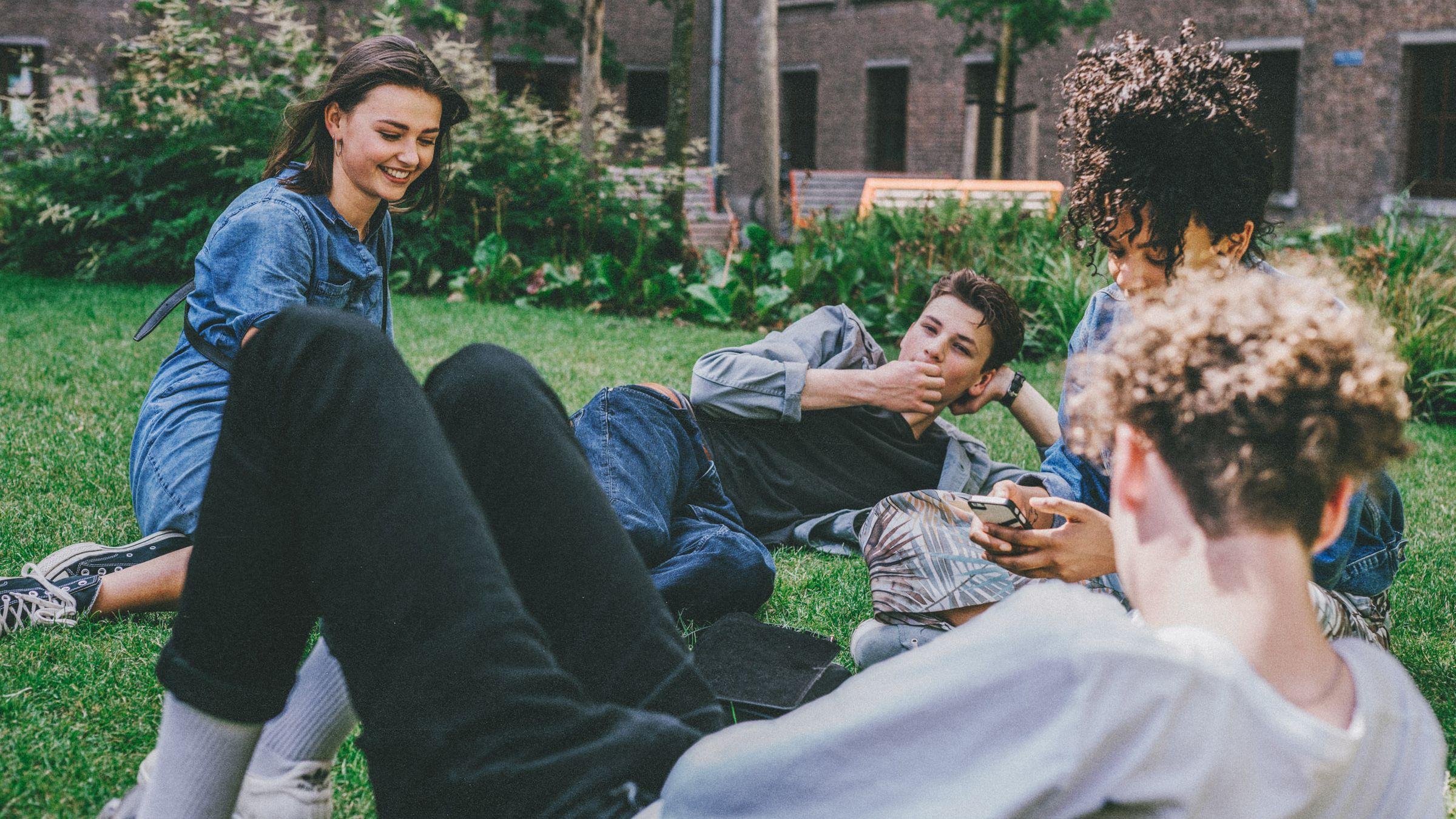 Groep jongeren in park