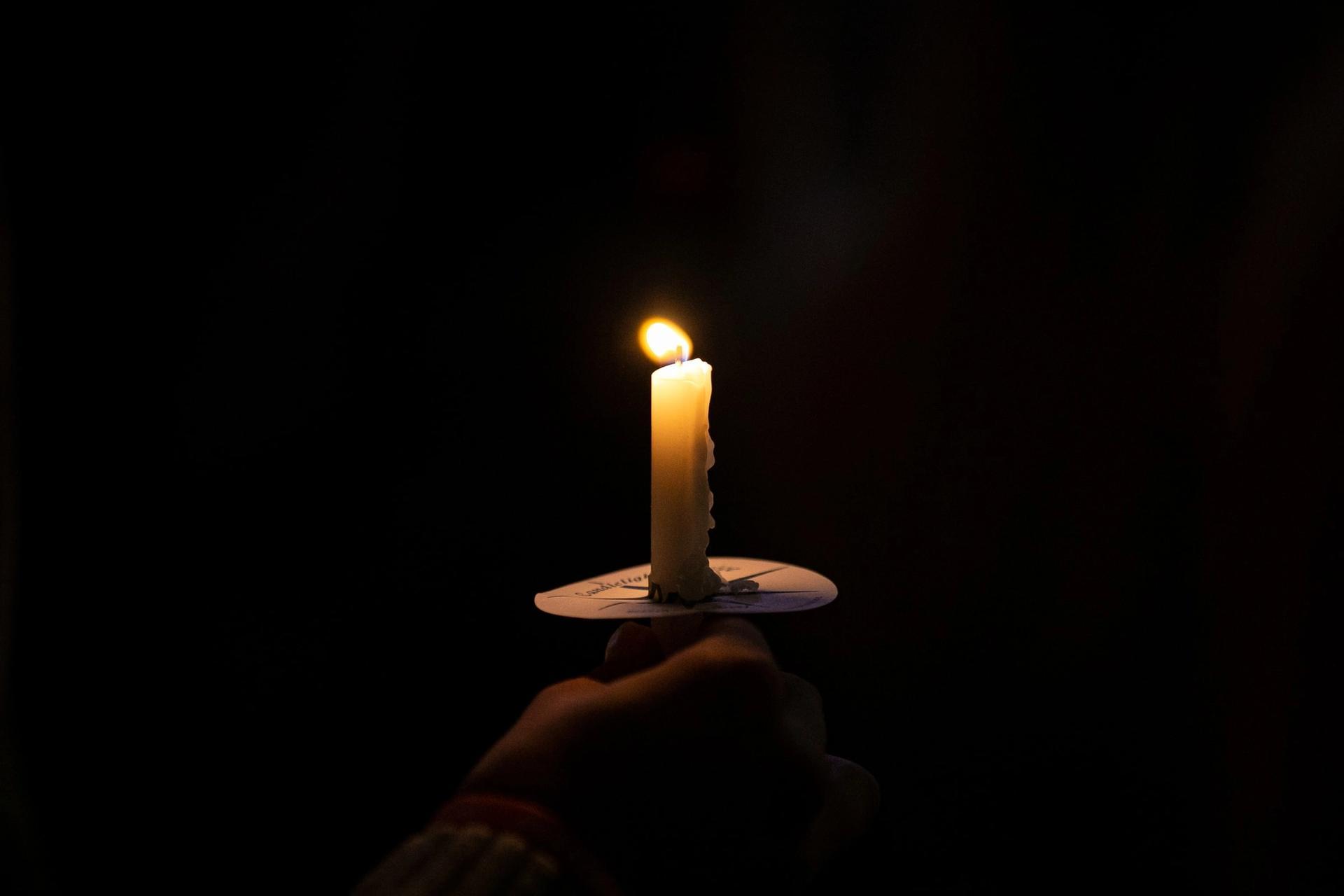 Tent stearinlys i mørkt rom