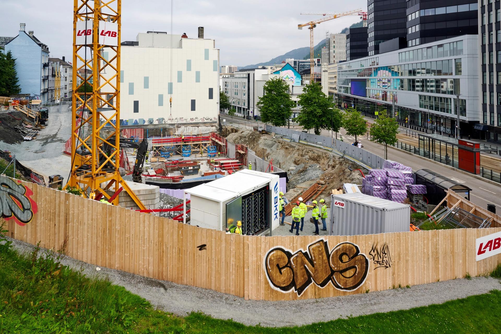 Batteriet sikrer at det er nok strøm på byggeplassen, der et nytt kontorbygg skal stå klart i slutten av 2022. Foto: Helge Hansen / BKK.