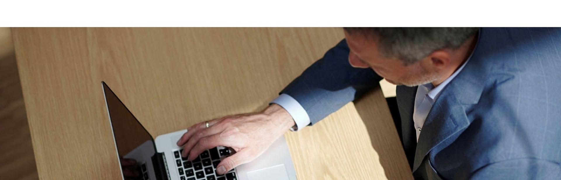 Mann foran datamaskin