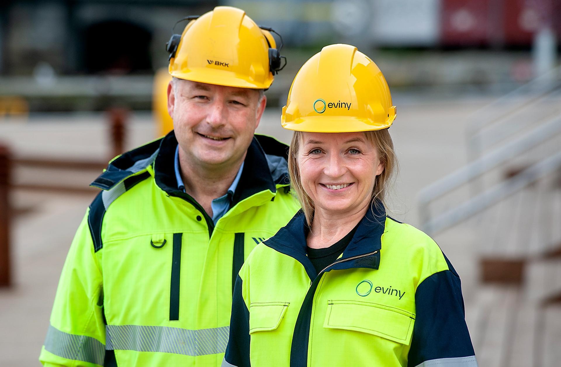 Konsernsjef Jannicke Hilland er klar til å ta i bruk hjelm og arbeidsjakke med den nye Eviny-logoen, mens administrerende direktør Ketil Tømmernes i nettselskapet skal videreføre BKK-navnet. Foto: Odd Mehus/BKK