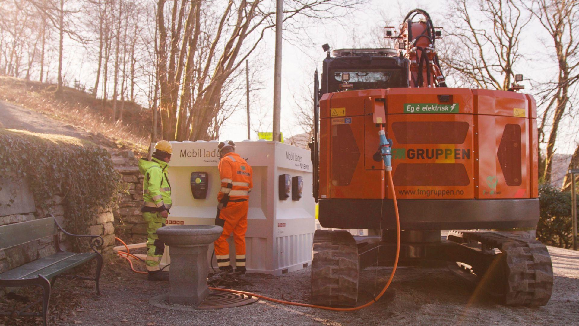 Mobil ladekontainer gir strøm til gravemaskin