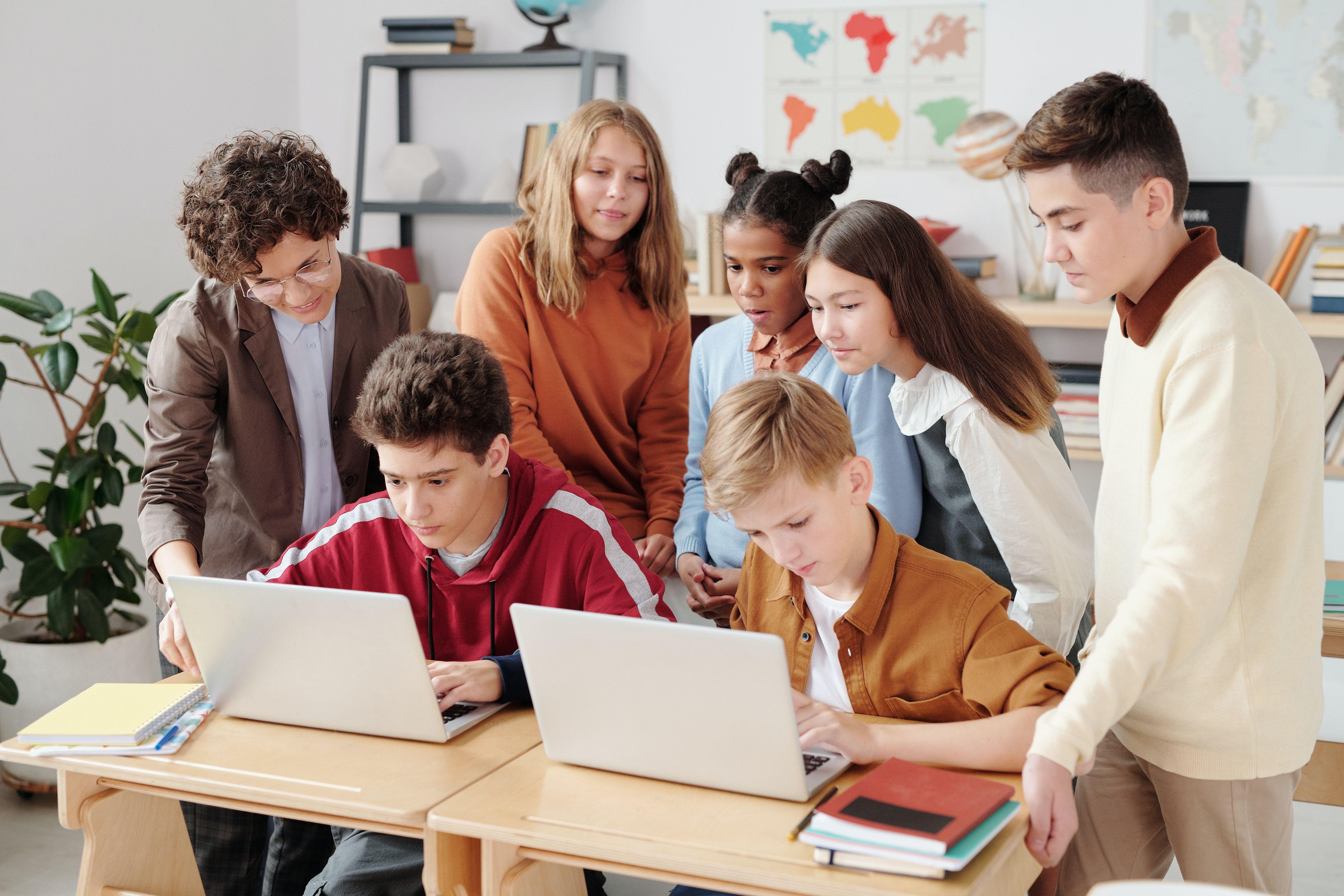 Schüler*innen am Laptop in der Schulklasse