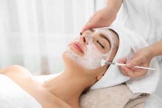 Kosmetologi hoitaa asiakkaan ihoa