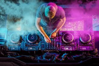 DJ soittaa juhlissa