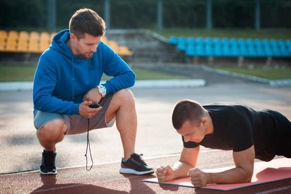 Personal trainer treenaamassa asiakkaan kanssa
