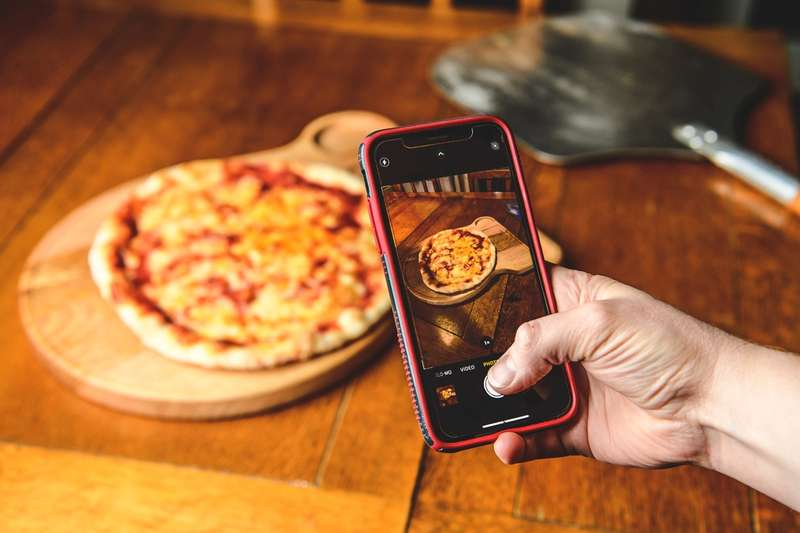 Photographing Dough & Glory pizza with iphone