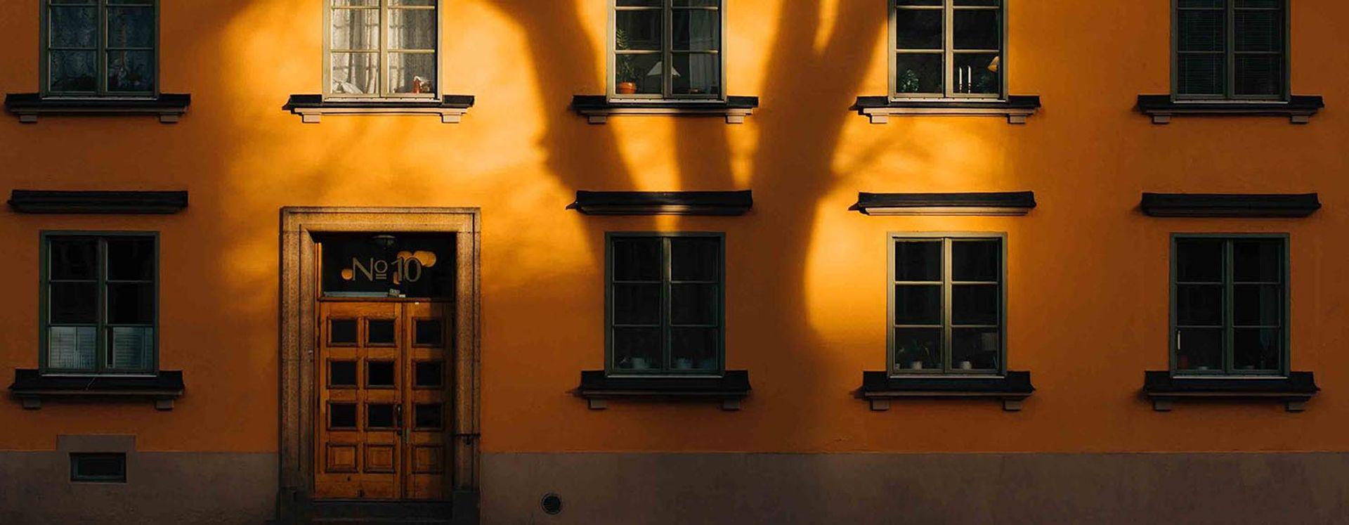 Fastighet med gul fasad