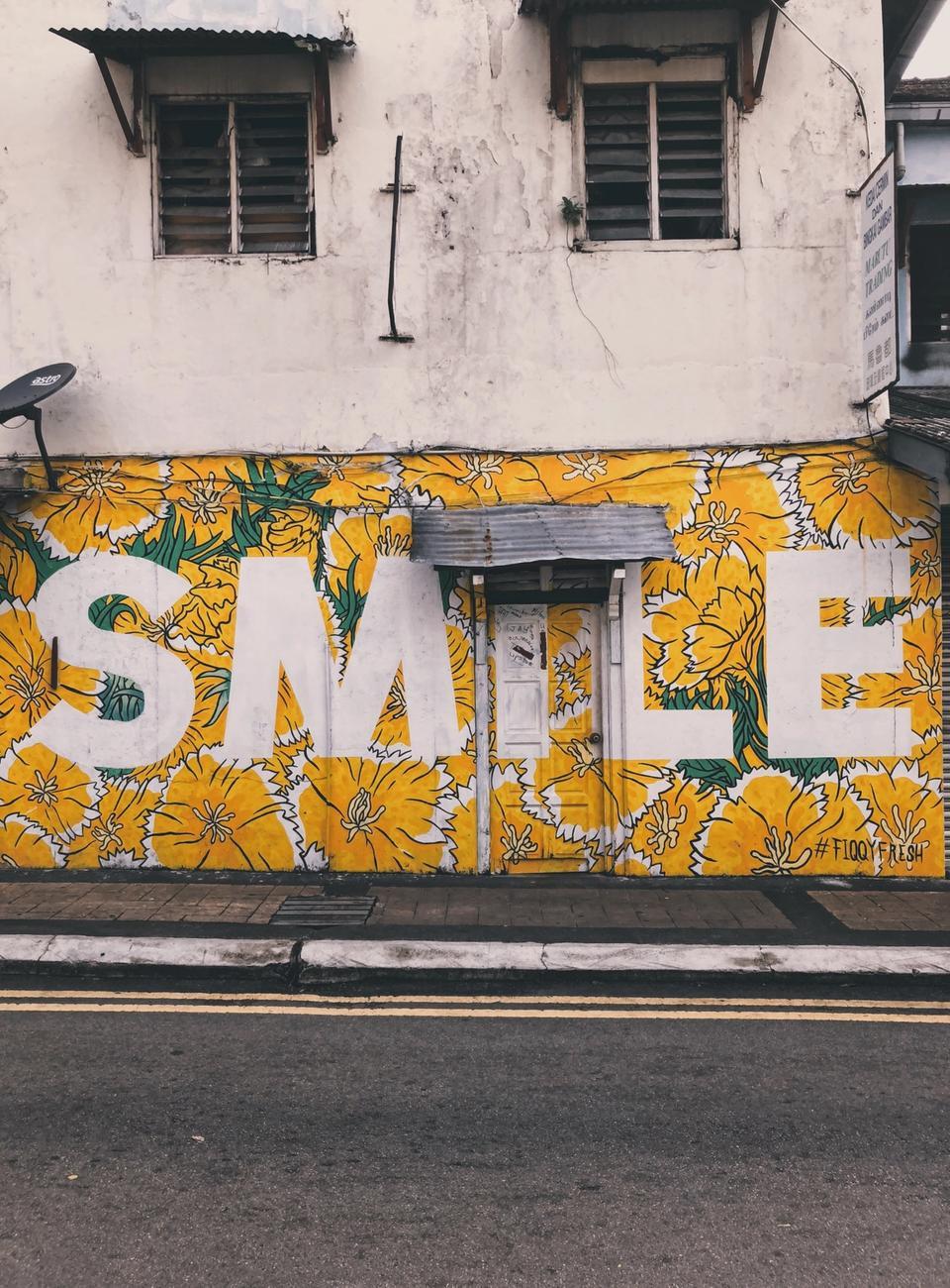 Tag smile sur mur jaune