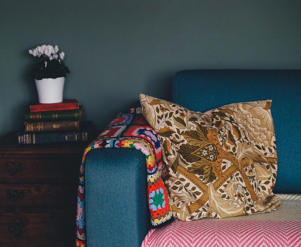 Canapé bleu avec plaid et coussin