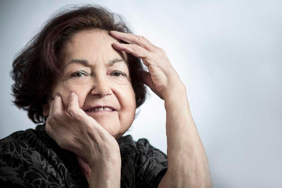 Françoise Héritier, portrait avec mains sur le visage
