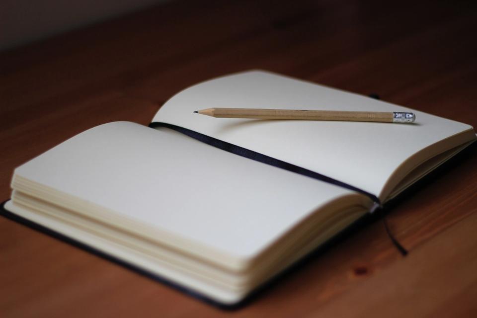 Écrire un acrostiche sur une page blanche de carnet