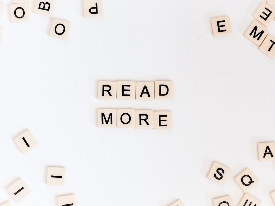 Lettres de scrabble formant read more