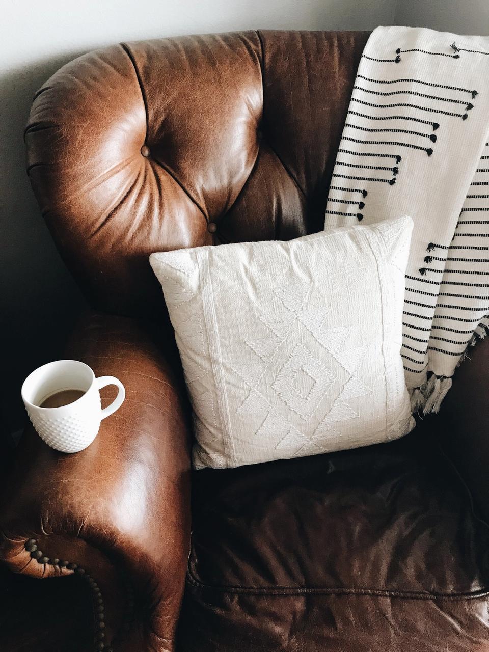 Fateuil confortable et thé pour lire
