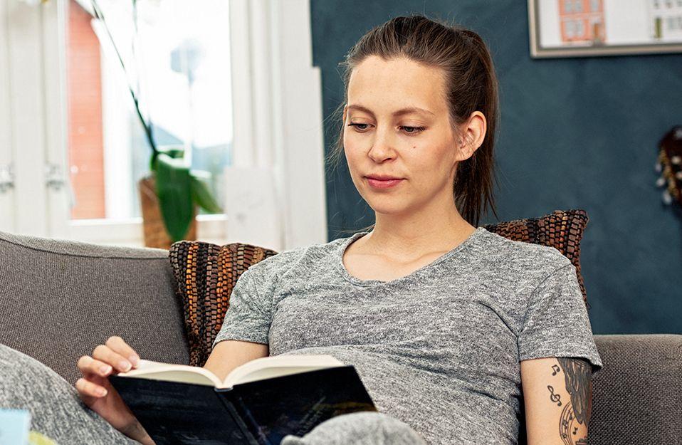 Illustrasjonsbilde: Kvinne les i ei bok