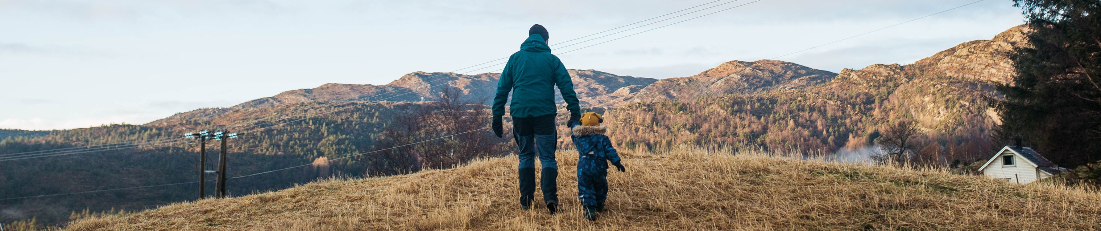Illustrasjonsfoto: Mann går sammen med barn
