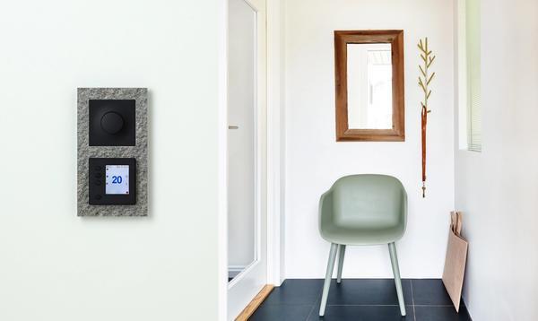 Gang med ELKO Super TR termostat, i Plus Option-utførelse med skifer-ramme.