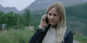 Sofie snakker i mobiltelefonen